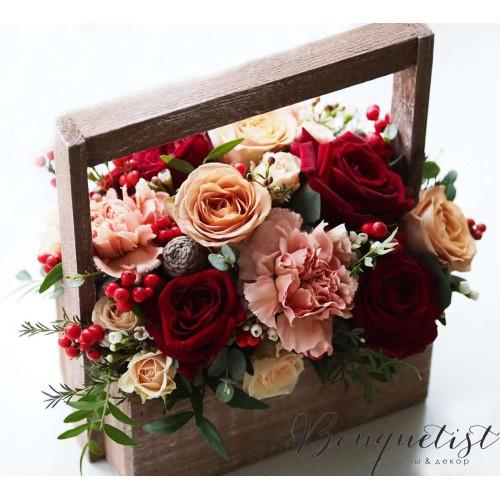 Купить на заказ Кофейно-бордовый букет роз и гвоздик в деревянном ящике с доставкой в Костанае